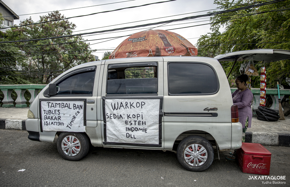 The old Espass car was modified to be a food truck at Jalan Tanjung Selor, Central Jakarta on Monday (24/08). (JG Photo/Yudha Baskoro)