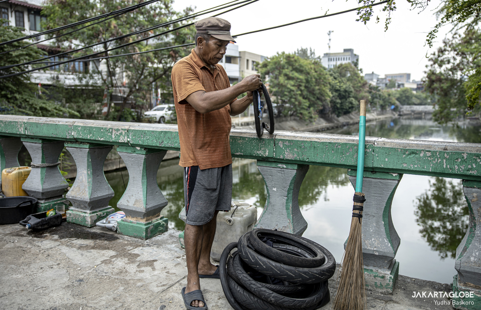 Sunarto learns how to be a tire repairman at Jalan Tanjung Selor, Central Jakarta on Monday (24/08). (JG Photo/Yudha Baskoro)