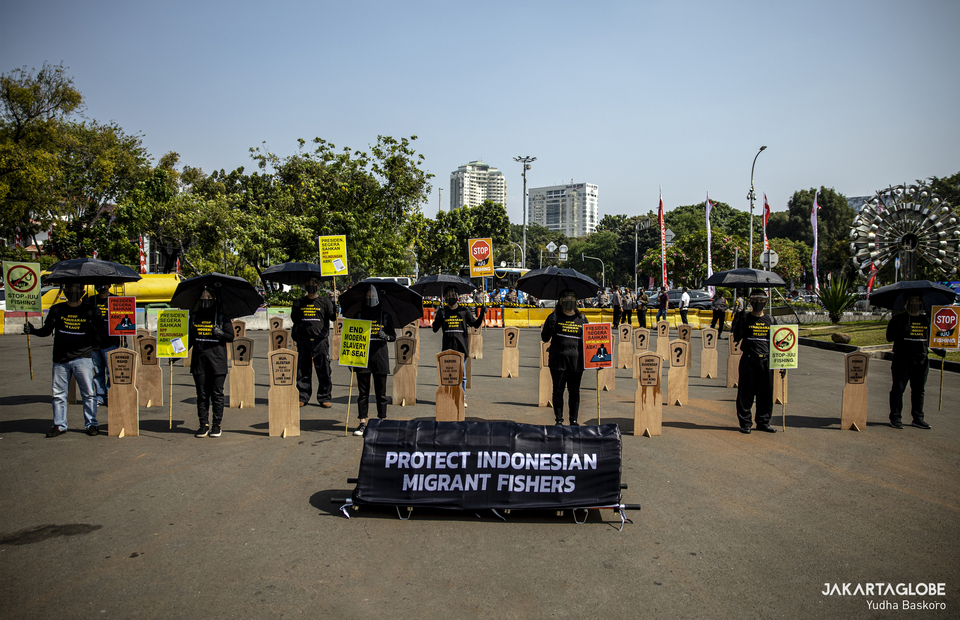 Greenpeace Indonesia and Indonesian Labor Union (SBMI) protest at Aspiration Park in front of National Monument, Central Jakarta on Thursday (27/08). (JG Photo/Yudha Baskoro)
