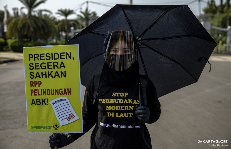 A woman wears a tshirt that reads end modern slavery at sea during protest in Aspiration Park, Central Jakarta on Thursday (27/08). (JG Photo/Yudha Baskoro)