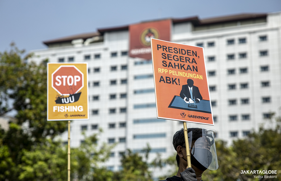 A man carries a placard during protest at Aspiration Park in front of National Monument, Central Jakarta on Thursday (27/08). (JG Photo/Yudha Baskoro)