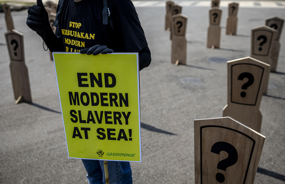A man bring placard that reads end modern slavery at sea during protest at Aspiration Park in front of National Monument, Central Jakarta on Thursday (27/08). (JG Photo/Yudha Baskoro)