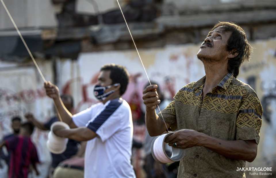 A man holds a big benang belasan at Menteng Atas, South Jakarta on Thursday (28/08). (JG Photo/Yudha Baskoro)