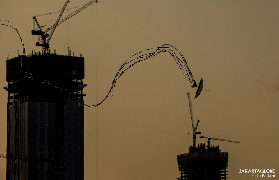 A kite flies near a skycrapers at Menteng Atas, South Jakarta on Thursday (28/08). (JG Photo/Yudha Baskoro)