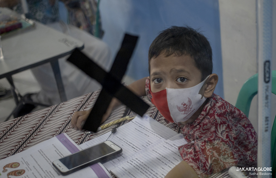 Student wearing mask during long-distance learning as they have to study from home due to the pandemic at Citizens Hall in Galur, Johar Baru, Central Jakarta on Thursday (03/09). (JG Photo/Yudha Baskoro)