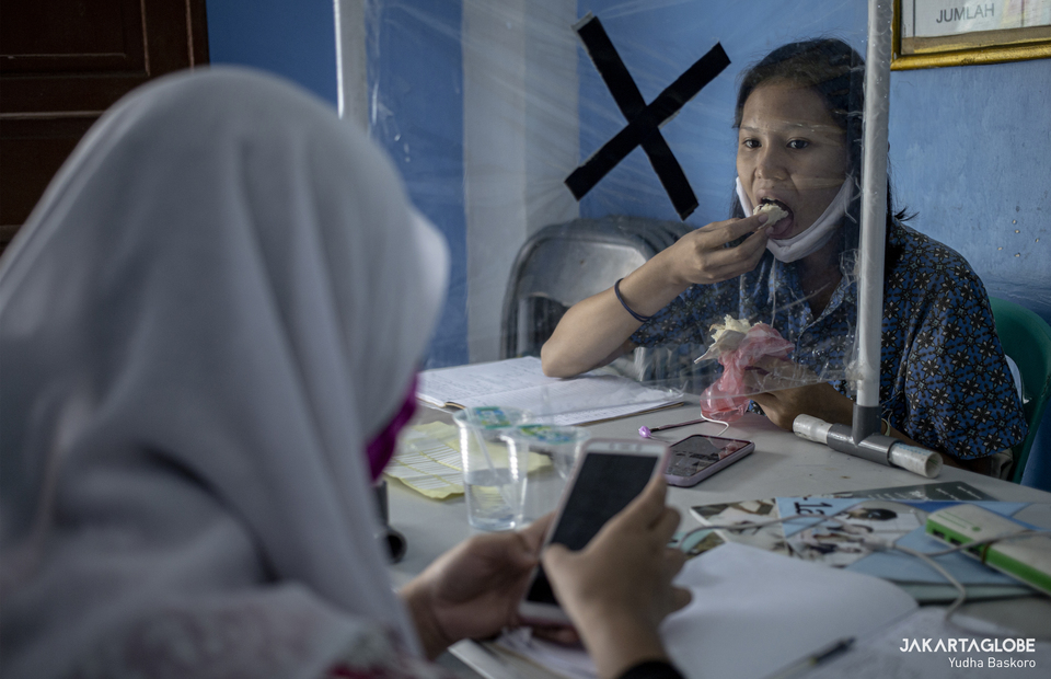 A student eats her breakfast during long-distance learning at Citizens Hall in Galur, Johar Baru, Central Jakarta on Thursday (03/09). (JG Photo/Yudha Baskoro)