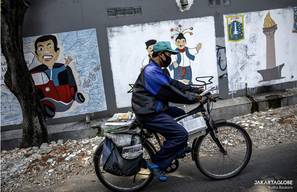 Suyoto rides his bicycle as he delivers a news paper in Tebet, South Jakarta. (JG Photo/Yudha Baskoro)