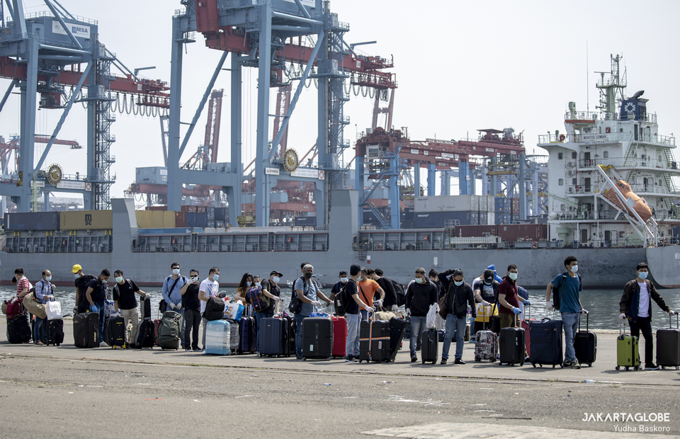 Crewmens line up waiting for the luggage inspection process at JICT II Pier, Tanjung Priok Port, North Jakarta on Tuesday (06/10). (JG Photo/Yudha Baskoro)