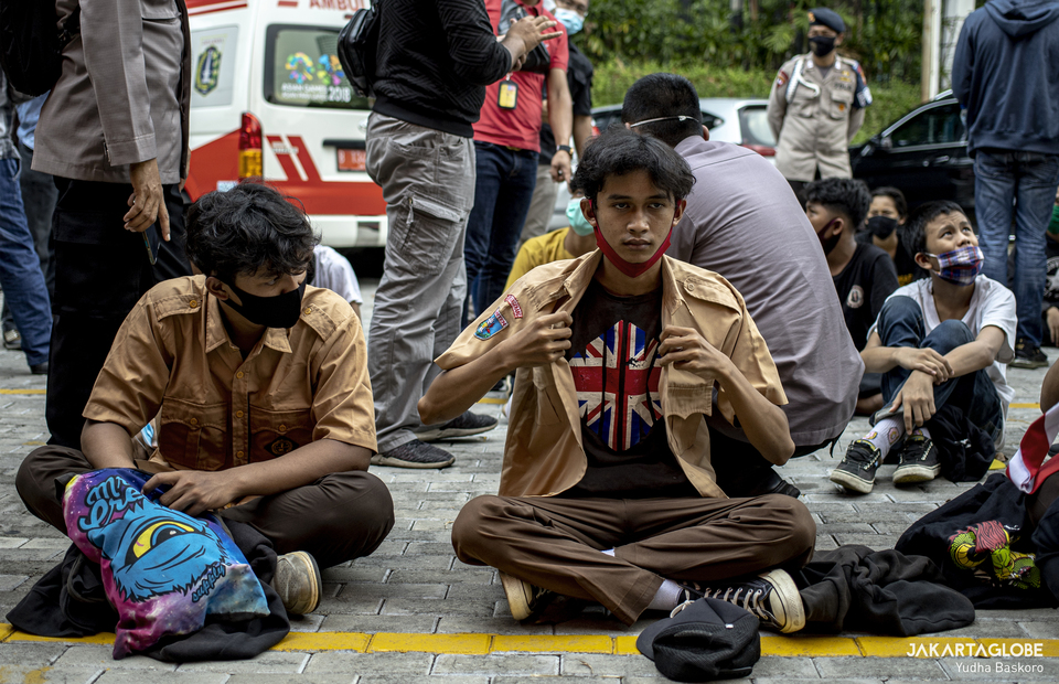 Students sit during police inspection at Perbakin building in Senayan, Central Jakarta on Wednesday (07/10). (JG Photo/Yudha Baskoro)