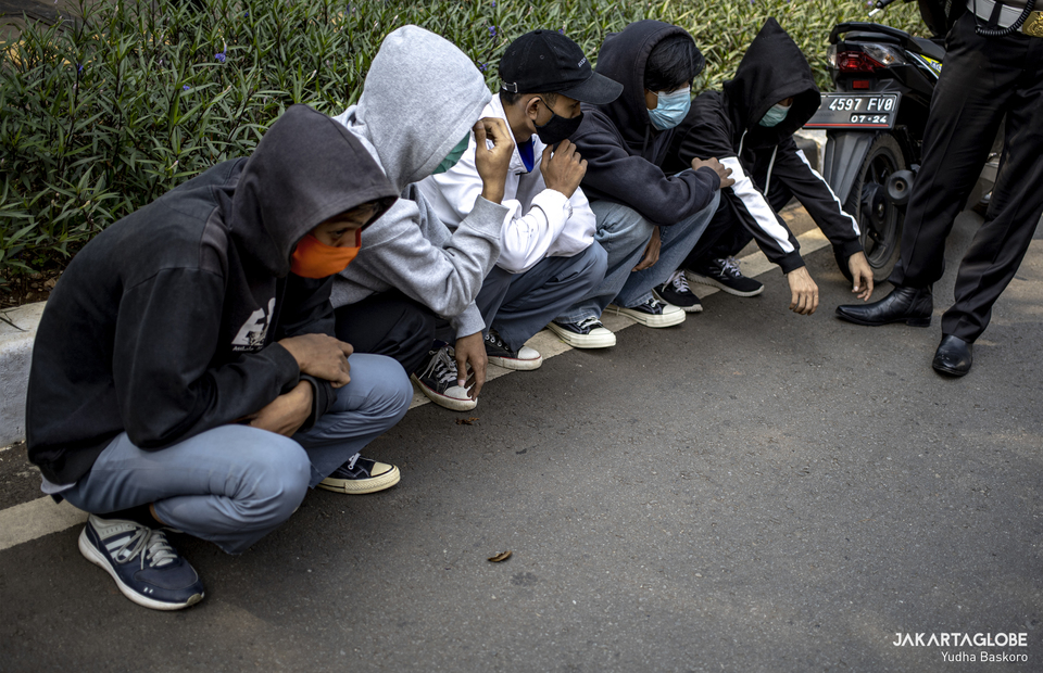 Police arrest some students who held a motocycle march to the national legislative complex in Senayan, Central Jakarta on Wednesday (07/10). (JG Photo/Yudha Baskoro)
