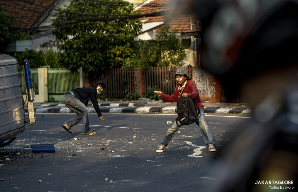A rioters throw stones to police barricade during a riot in Jalan Pejompongan Raya, Palmerah, West Jakarta on (07/10). (JG Photo/Yudha Baskoro)