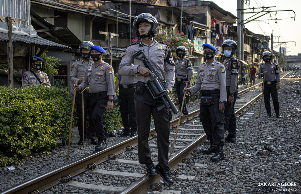 Police personnels are waiting for rioters to come at a railway road in Pejompongan, Palmerah, West Jakarta on Wednesday (07/10). (JG Photo/Yudha Baskoro)