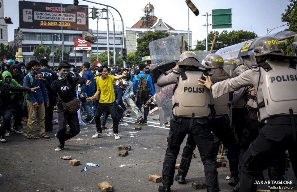 Student clashed with police during riot in Harmoni, Central Jakarta on Thursday (08/10). (JG Photo/Yudha Baskoro)