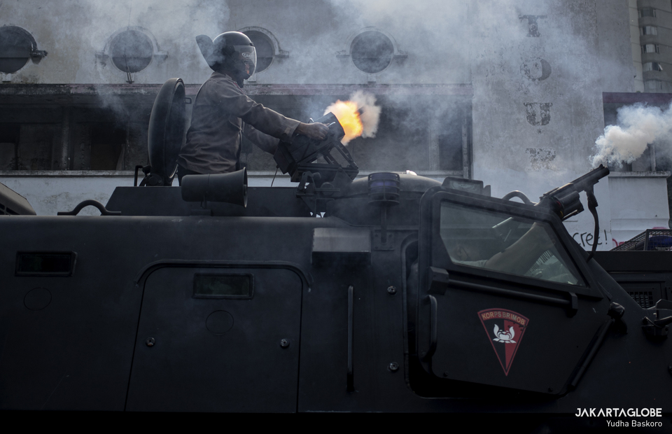 Police personnels fight the protesters back with anti riot vehicle during riot in Harmoni, Central Jakarta on Thursday (08/10). (JG Photo/Yudha Baskoro)