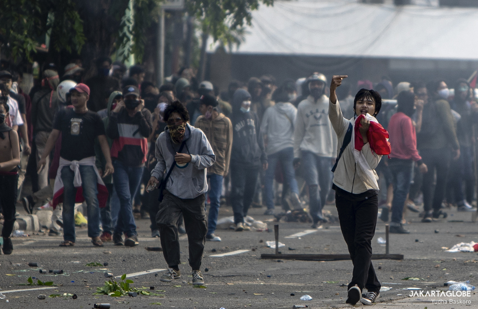 A protester gestures during riot in Harmoni, Central Jakarta on Thursday (08/10). (JG Photo/Yudha Baskoro)