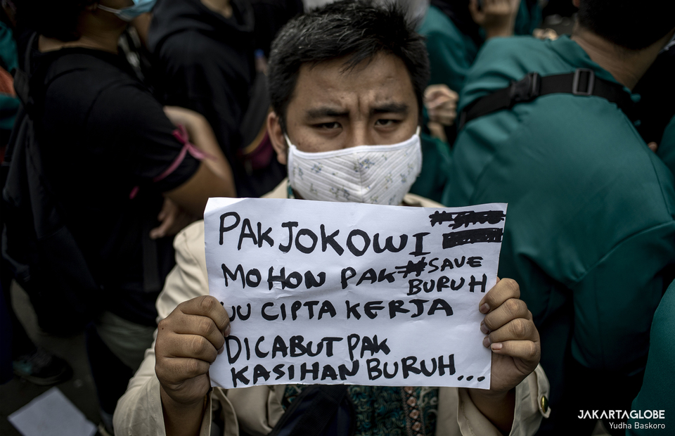A protester carries a placard that spread an hashtag #saveburuh during protest in Arjuna Wiwaha Horse Statue in Central Jakarta on Friday (16/10). (JG Photo/Yudha Baskoro)