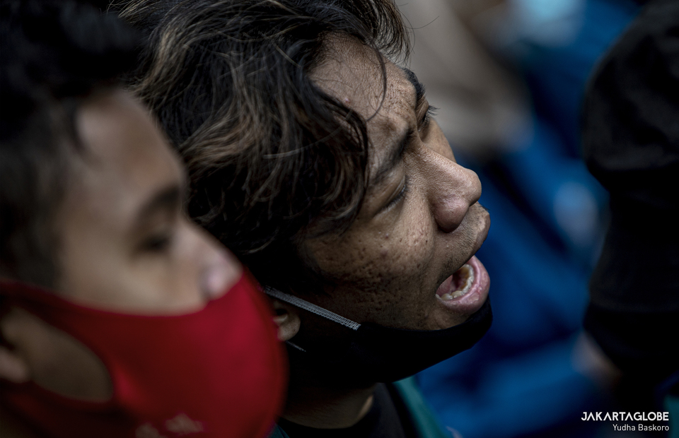 A protester sings a national songs during protest in Arjuna Wiwaha Horse Statue in Central Jakarta on Friday (16/10). (JG Photo/Yudha Baskoro)