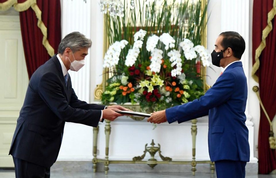 New US Ambassador Sung Kim presents credentials to President Joko Widodo at the State Palace in Jakarta on Oct. 21, 2020. (Photo Courtesy of Presidential Press Bureau)