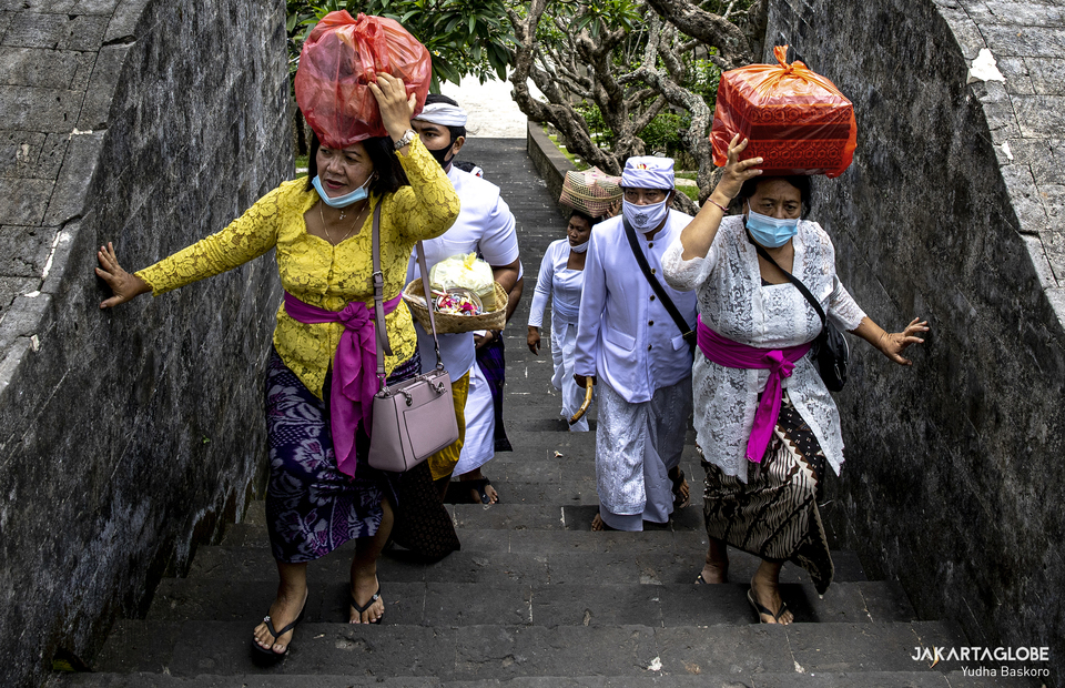 Balinese residents come to Pura Luhur Uluwatu as they want to pray in Bali on Tuesday (20/10). (JG Photo/Yudha Baskoro)