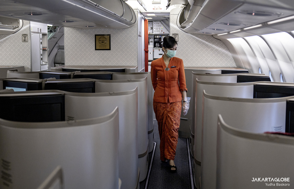 Flight attendant walks on the business class aisle in Ngurah Rai International Airports in Denpasar, Bali on Wednesday (21/10). (JG Photo/Yudha Baskoro)