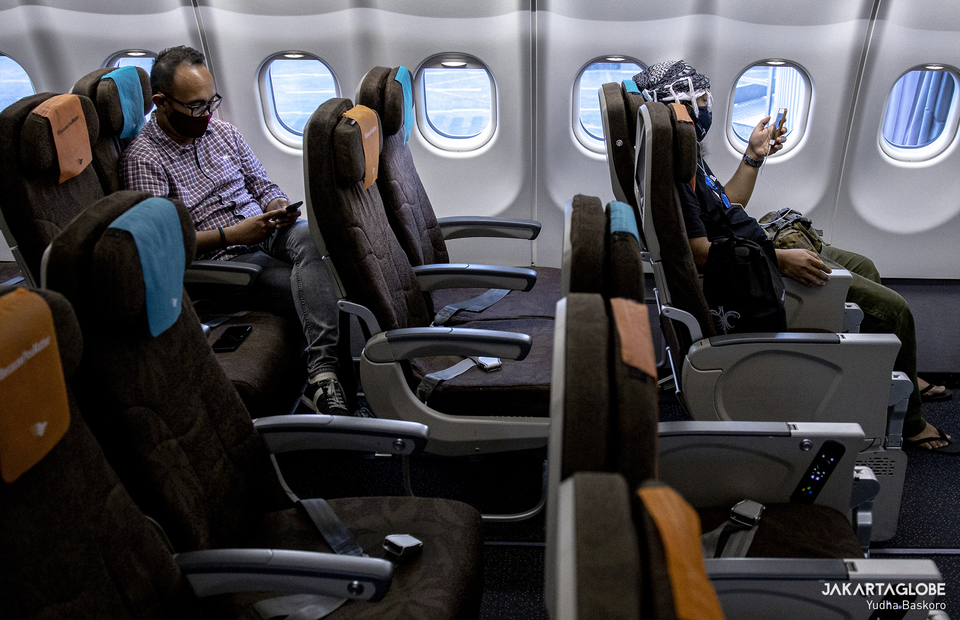 Passengers have to maintain physical distancing during flight with Garuda Indonesia on Wednesday (21/10). (JG Photo/Yudha Baskoro)