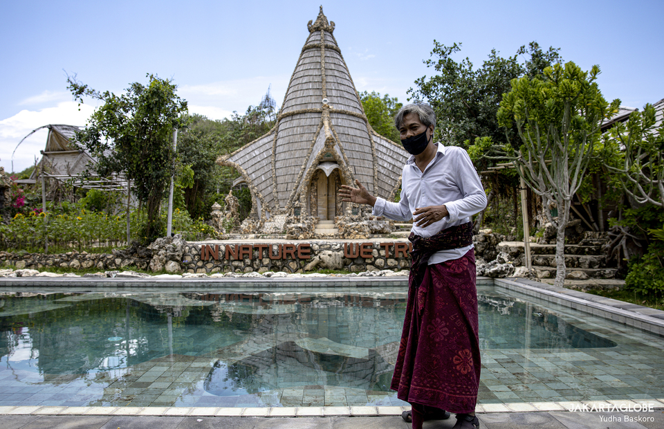 I Wayan Tana explains the hinduism concept swimming pool in Malini Agro Park, Uluwatu, Bali on Monday (19/10). (JG Photo/Yudha Baskoro)