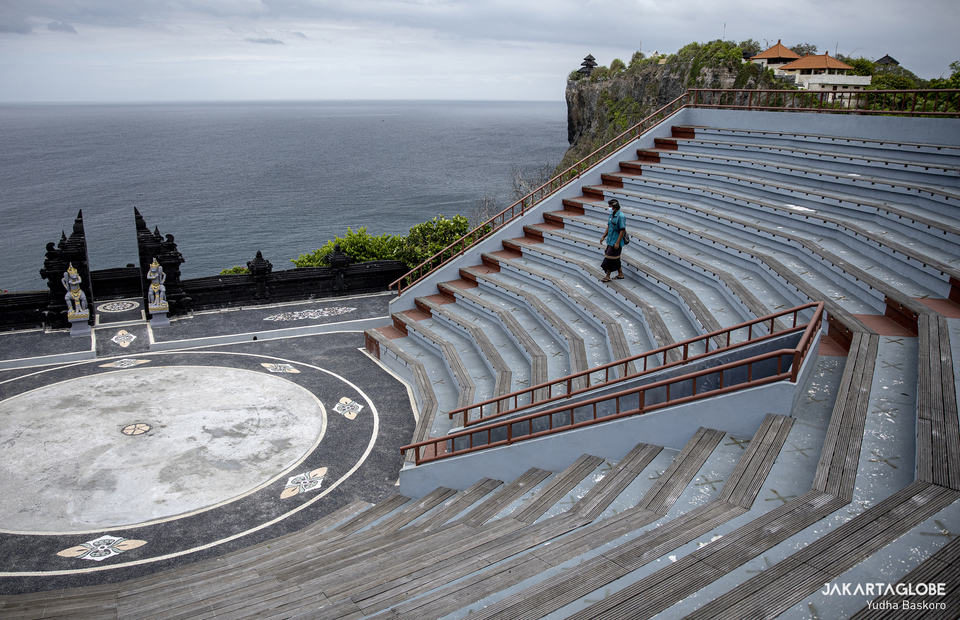 Temple security guard walks in amphiteatre in Pura Luhur Uluwatu, in Bali on Tuesday (20/10). (JG Photo/Yudha Baskoro)