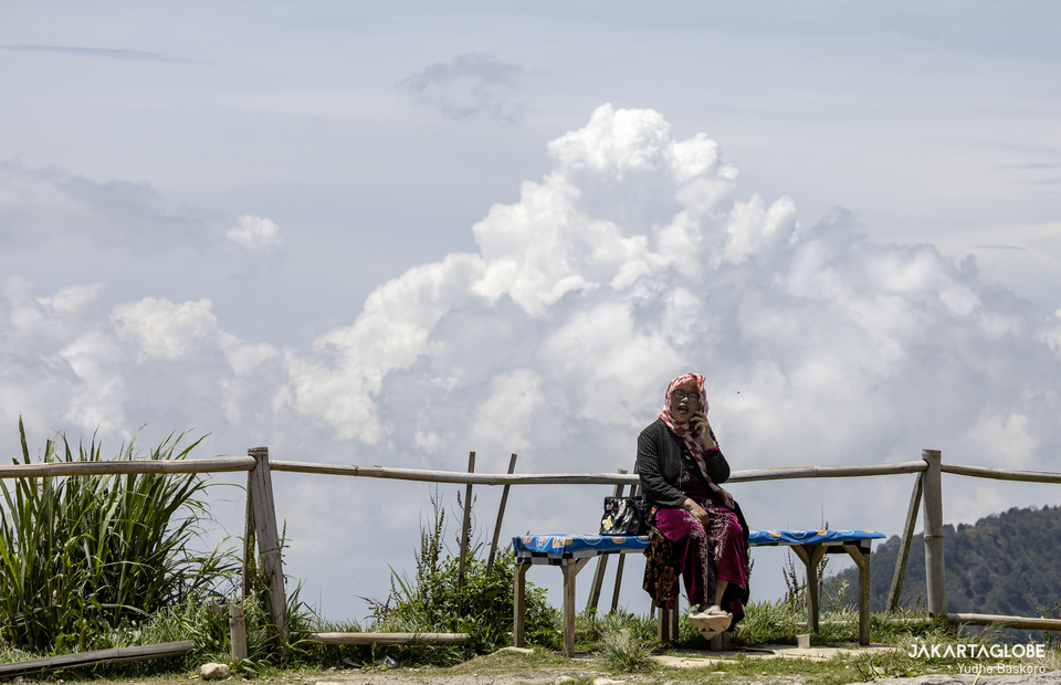 A woman takes a phone call in Sembungan village, the highest village in Java  at Dieng plateau area in Wonosobo, Central Java on Monday (16/11). (JG Photo/Yudha Baskoro)