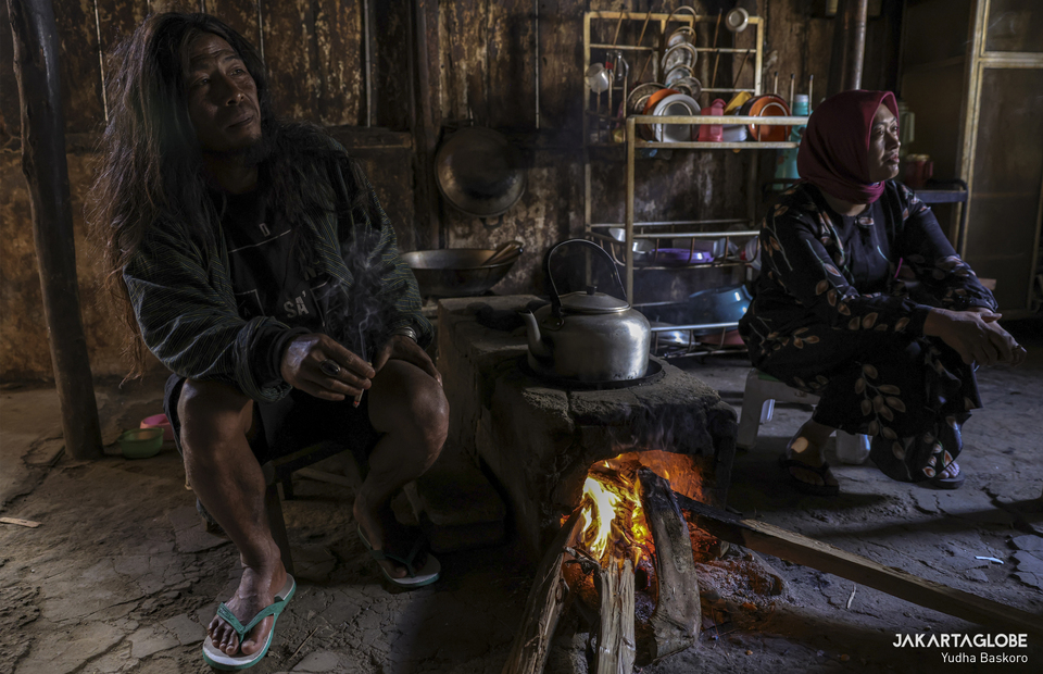 Two locals sit near a traditional stove inside a pawon at Dieng plateau area in Banjarnegara, Central Java on Monday (16/11). (JG Photo/Yudha Baskoro)