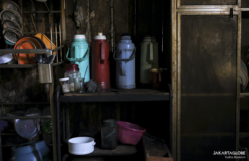 Thermos are seen inside a pawon, Dieng peoples traditional kitchen at Dieng plateau area in Banjarnegara, Central Java on Sunday (15/11). (JG Photo/Yudha Baskoro)