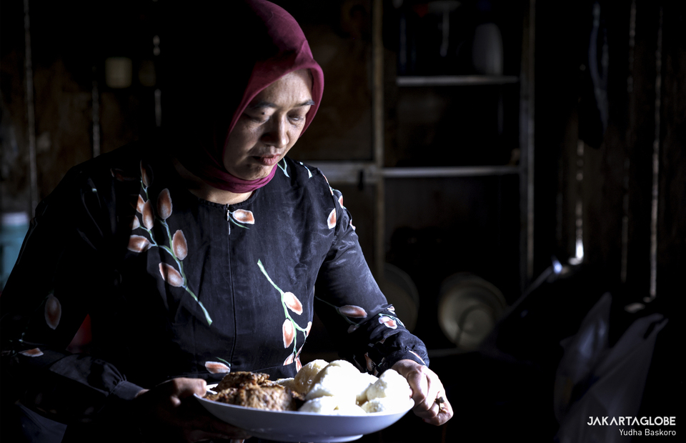 A woman prepares Dieng local cuisine inside her pawon during mongen at Dieng plateau area in Banjarnegara, Central Java on Sunday (15/11). (JG Photo/Yudha Baskoro)