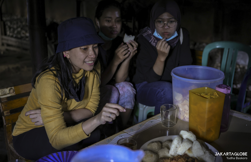Tourists enjoying mongen inside a traditional kitchen (pawon) at Dieng plateau area in Banjarnegara, Central Java on Sunday (15/11). (JG Photo/Yudha Baskoro)