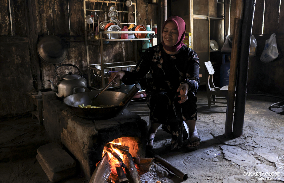 A woman cooks with traditional stove during mongen inside a pawon at Dieng plateau area in Banjarnegara, Central Java on Sunday (15/11). (JG Photo/Yudha Baskoro)