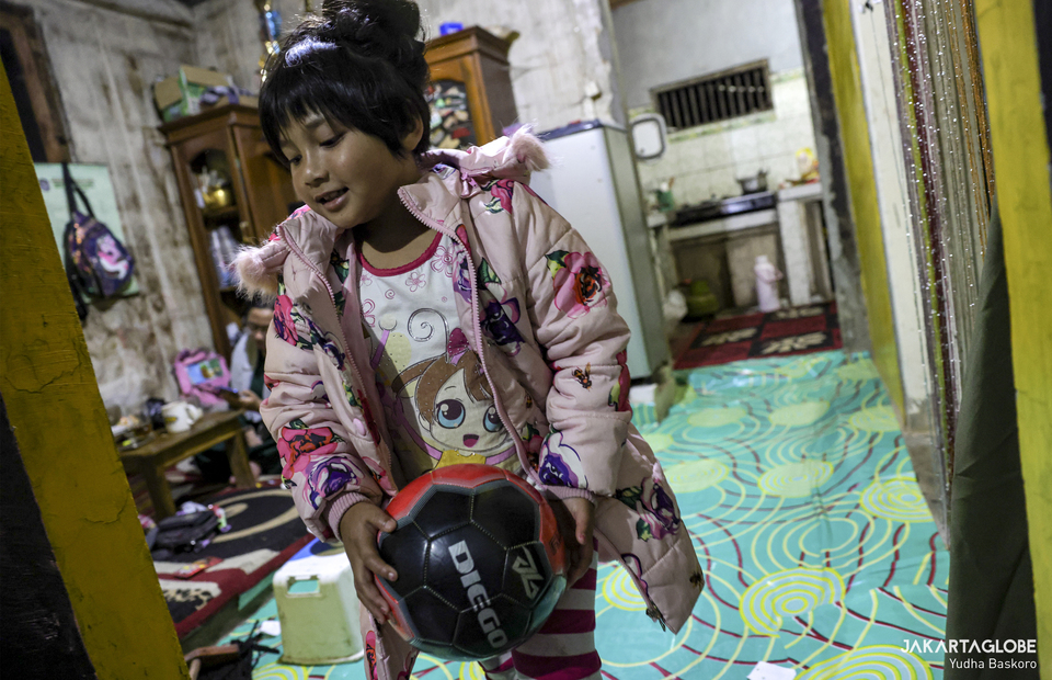 Zara plays with her favorite ball inside her home at Dieng plateau area in Banjarnegara, Central Java on Sunday (15/11). (JG Photo/Yudha Baskoro)