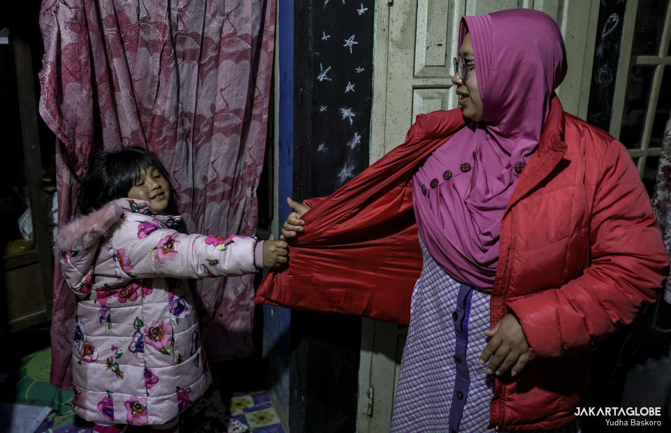 Zara plays with her mother in her home at Dieng plateau area in Banjarnegara, Central Java on Sunday (15/11). (JG Photo/Yudha Baskoro)