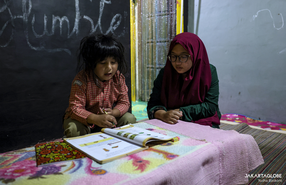 Zara studies with her sister at home because Sikunang Elementary School has been closed due to the pandemic at Dieng plateau area in Banjarnegara, Central Java on Sunday (15/11). (JG Photo/Yudha Baskoro)