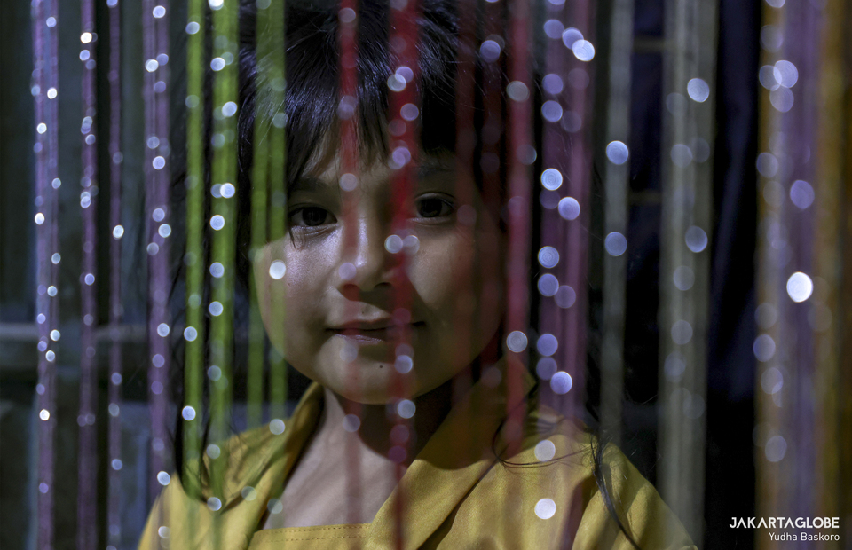 Zara poses behind a colorful curtain in her home at Dieng plateau area in Banjarnegara, Central Java on Sunday (15/11). (JG Photo/Yudha Baskoro)