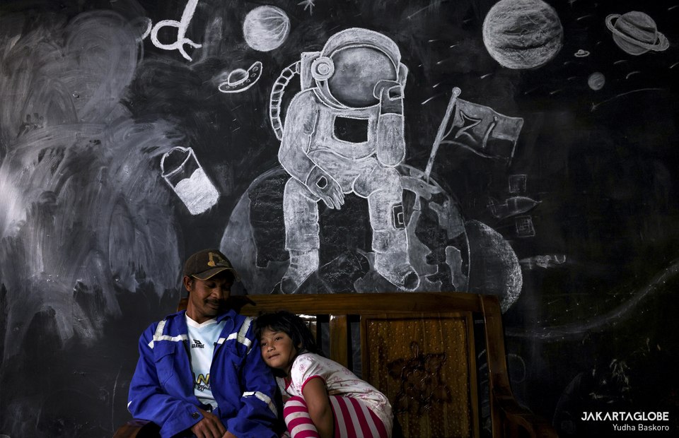 Zara sits with Nuryanto, her uncle in her home at Dieng plateau area in Banjarnegara, Central Java on Sunday (15/11). (JG Photo/Yudha Baskoro)
