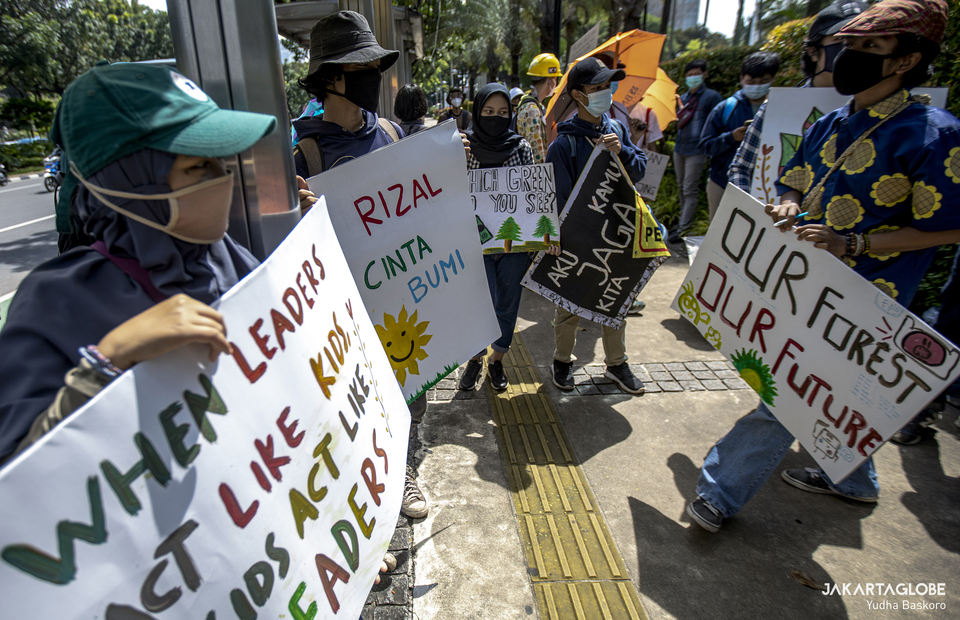 Environmental activists carry placard gather in front of Jakarta City during long march againts climate crisis on Friday (27/11). (JG Photo/Yudha Baskoro)