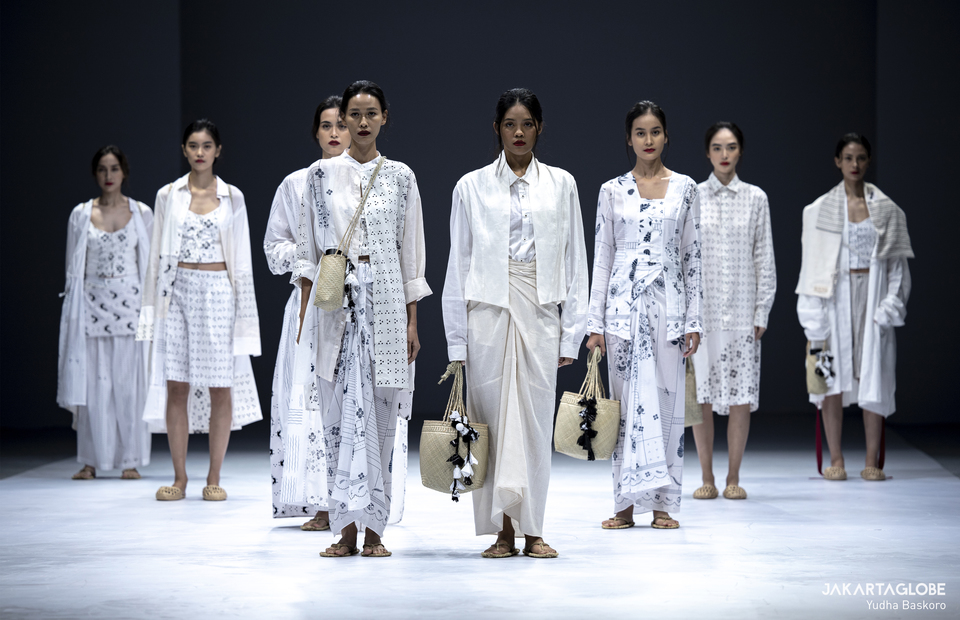 Models walk on a catwalk wearing Sejauh Mata Memandang collections during Jakarta Fashion Week 2021 on Sunday (29/12). (JG Photo/Yudha Baskoro)