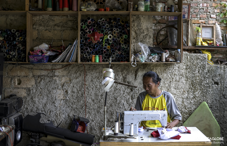 Fredi sews in his workshop at Bogor, West Java on Friday (04/12). (JG Photo/Yudha Baskoro)