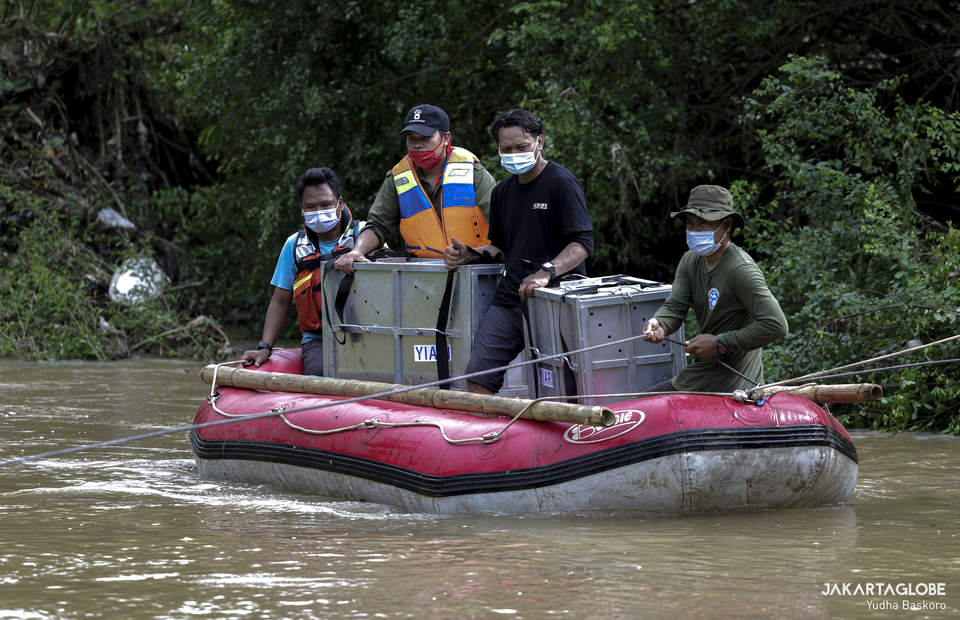 International Animal Rescue staff ride a rubber boat to cross Pemerihan river in Lampung on Tuesday (08/12). (JG Photo/Yudha Baskoro)
