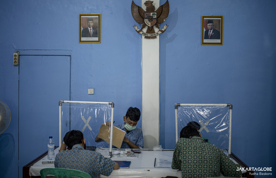 Students follow class from a community center building in Johar Baru, Central Jakarta, which provides free internet on Sept, 3. 2020. (JG Photo/Yudha Baskoro)