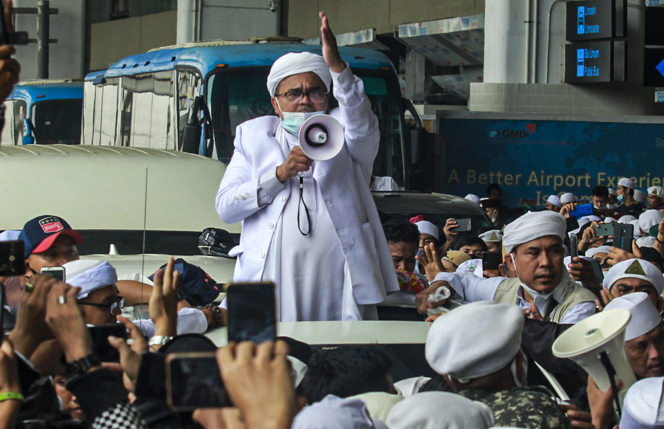 Islamic Defender Front (FPI) leader Rizieq Syihab addresses his supporters upon arrival at the Soekarno Hata Airport in Tangerang, Banten, on Nov. 10, 2020, after a flight from Saudi Arabia. (Antara Photo/Muhammad Iqbal)