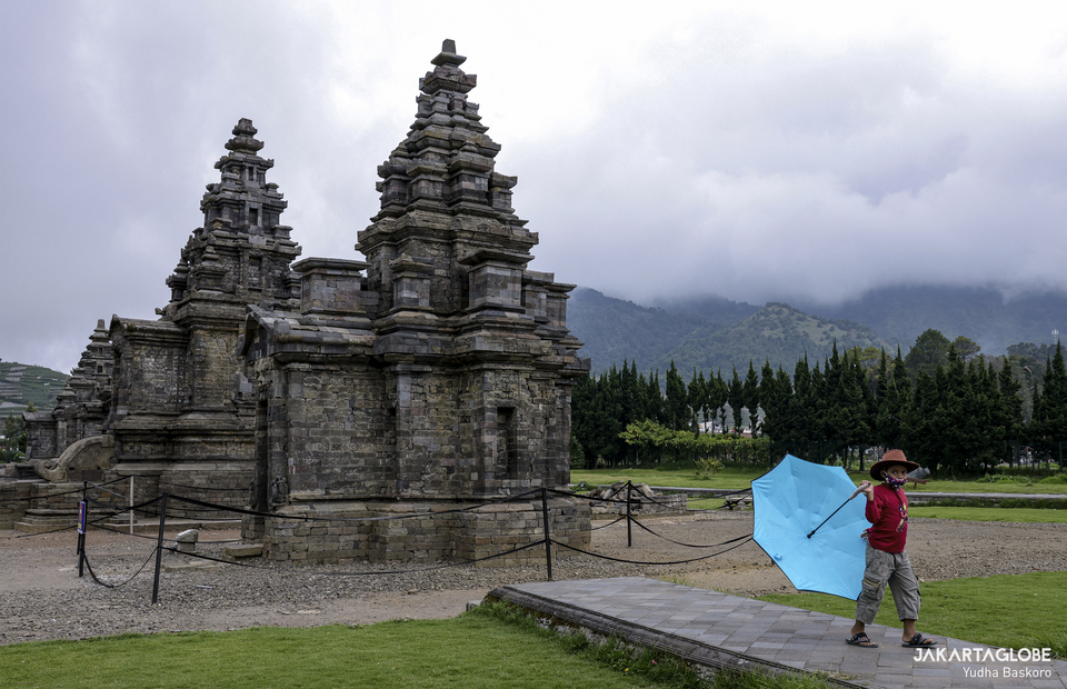 A child wearing a mask play inside the Arjuna temple complex at the Dieng plateau area in Banjarnegara, Central Java, on November 19, 2020. (JG Photo/Yudha Baskoro)