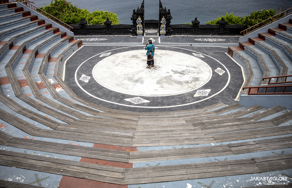 A safety guard stands in the middle of empty amphitheatre inside Luhur Uluwatu Temple on October 20, 2020. (JG Photo/Yudha Baskoro)