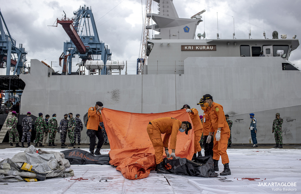 National Search and Rescue Agency personnels identified pulled debris and passengers properties suspected coming from the Boeing 737-524 plane at JICT 2, Port of Tanjung Priok, in North Jakarta on Saturday (10/01). (JG Photo/Yudha Baskoro)