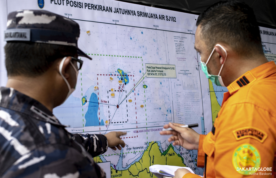 Indonesian Navy and basarnas personnel discuss about the crash point of Sriwijaya Air plane at JICT 2, Port of Tanjung Priok, in North Jakarta on Saturday (10/01). (JG Photo/Yudha Baskoro)