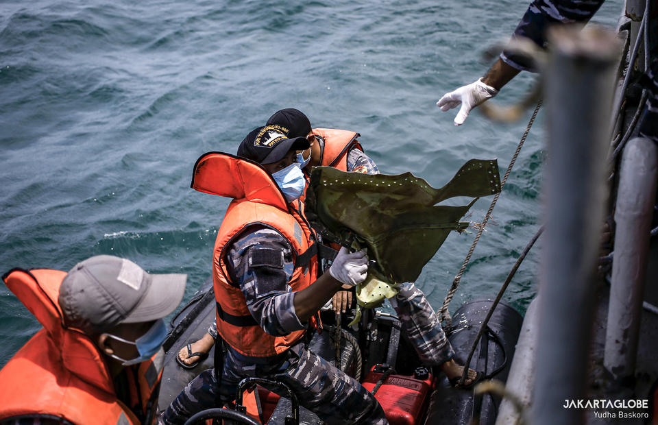Indonesia Navy personnel pulled out the Boeing 737-500 airplane wreckage to KRI Tenggiri at Java Sea, near Thousand Island, North Jakarta on January 12, 2021. (JG Photo/Yudha Baskoro)