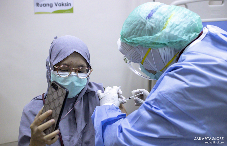 A health worker takes a selfie during vaccination at RSIA Tambak in South Jakarta on Jan, 15, 2021. (JG Photo/Yudha Baskoro)